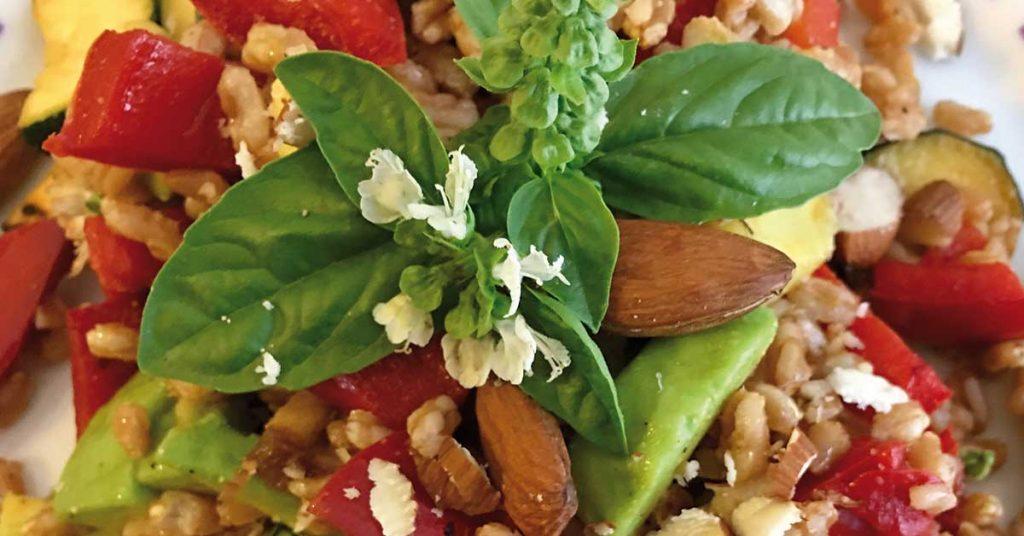 insalata di farro con fiori di basilico