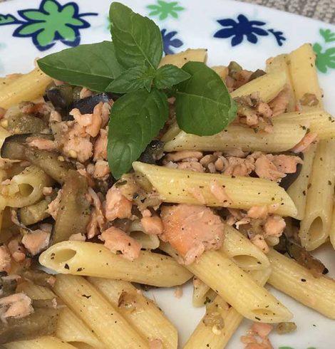 Pasta al salmone con melanzane e pomodorini