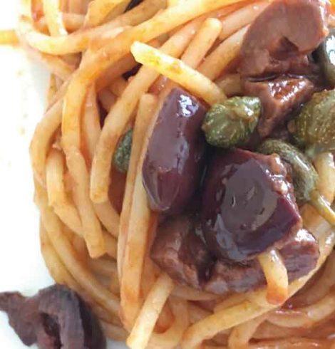 Pasta con olive e capperi alla palermitana