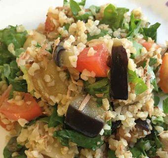 Bulgur vegetariano: un'insalata estiva con melanzana e ricotta infornata