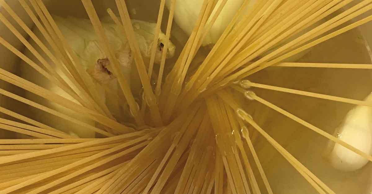 PREPARAZIONE-pasta-con-cipolla-di-Giarratana-e-pistacchio