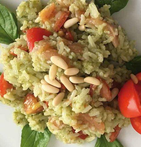 Insalata di riso con pesto genovese, salmone e pomodorini