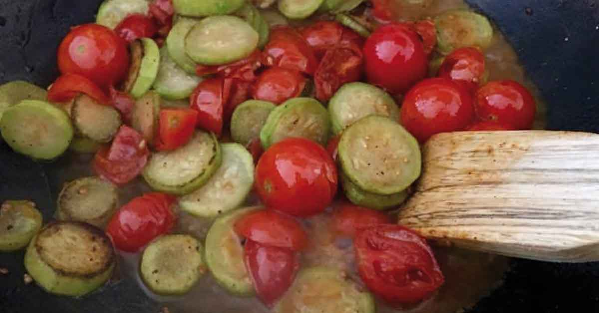 aggiungere l'acqua di cottura alle verdure saltate
