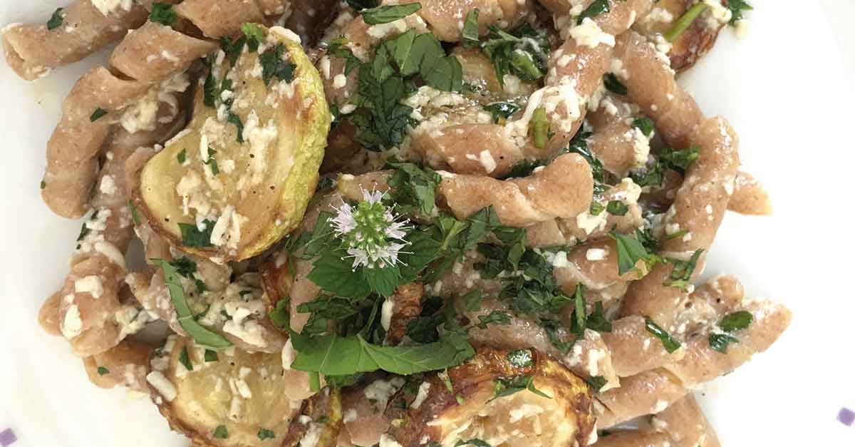 busiate-alle-zucchine-fritte-con-menta-e-ricotta-salata
