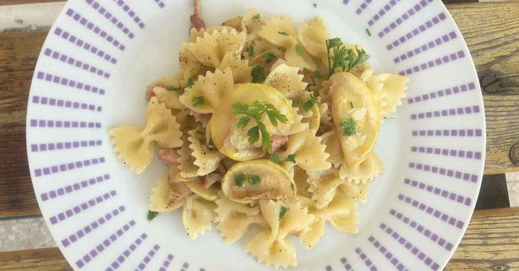 impiattamento pasta zucchine e pancetta