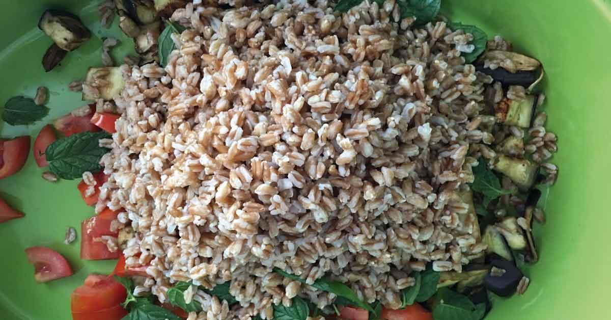 preparazione-insalata-di-farro,-cipolla-di-giarratana-e-noci