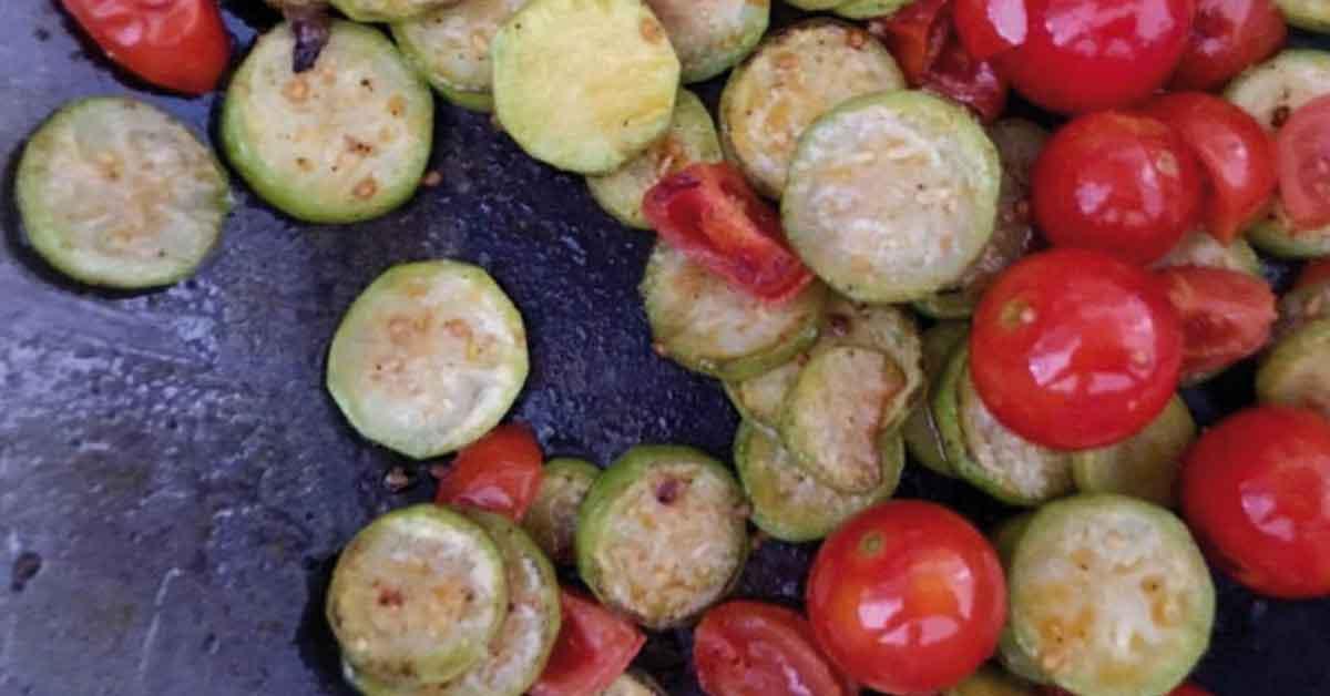 preparazione zucchina lunga e pomodori