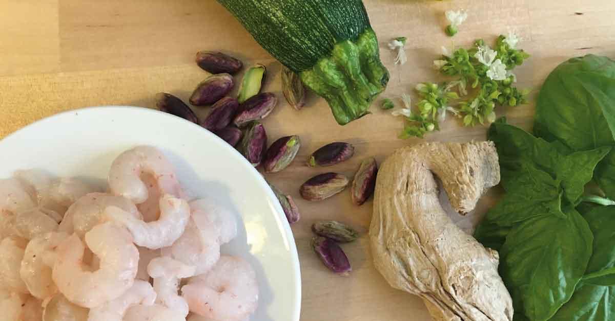 ingredienti-spaghetti-con-pistacchio-gamberi-e-zucchine