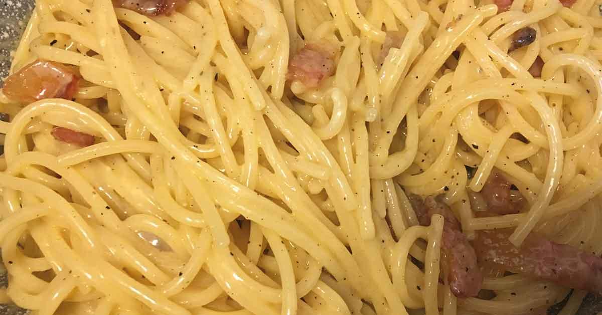 preparazione degli spaghetti alla carbonara