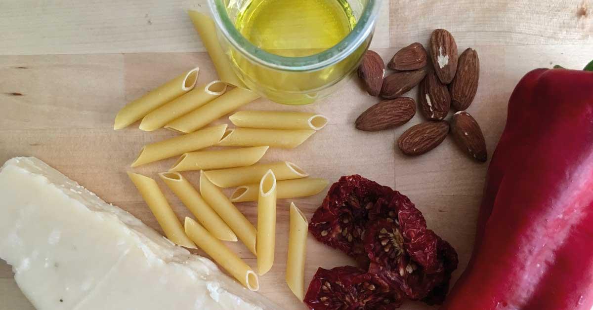 ingredienti-pasta-ai-peperoni-e-pomodoro-secco