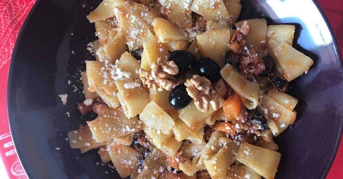 un piatto di maltagliati con zucca e pancetta