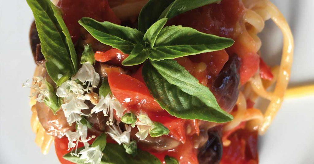 pasta in padella con pomodoro e olive
