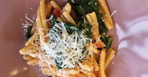 pasta con spinaci e pomodoro fresco