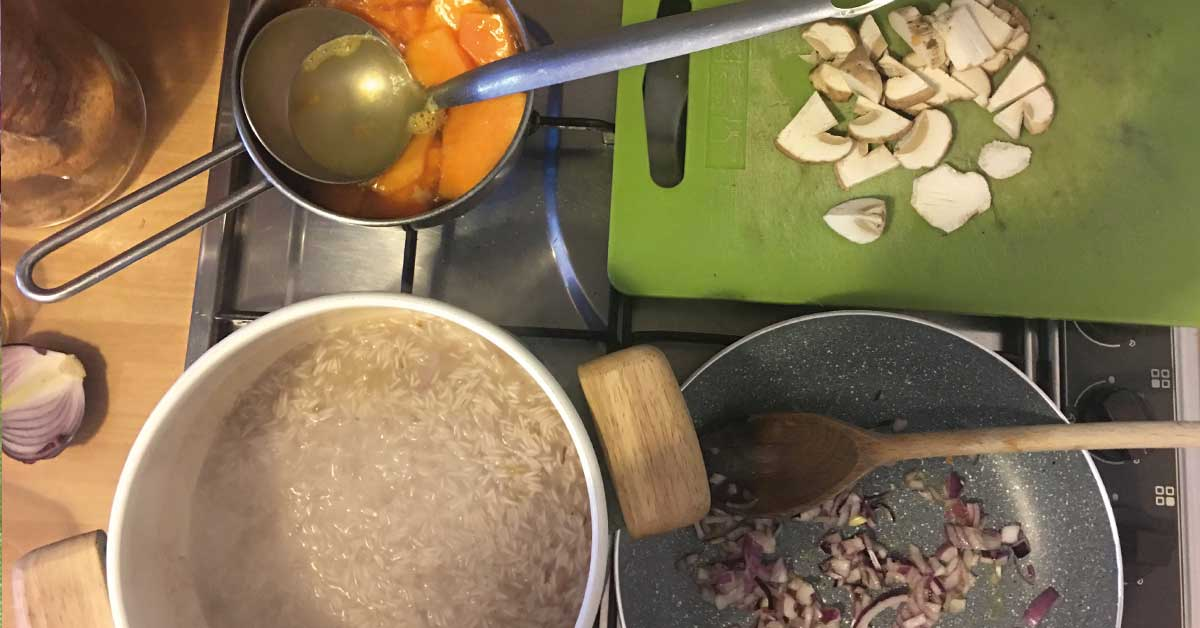 preparazione-risotto-zucca-e-funghi