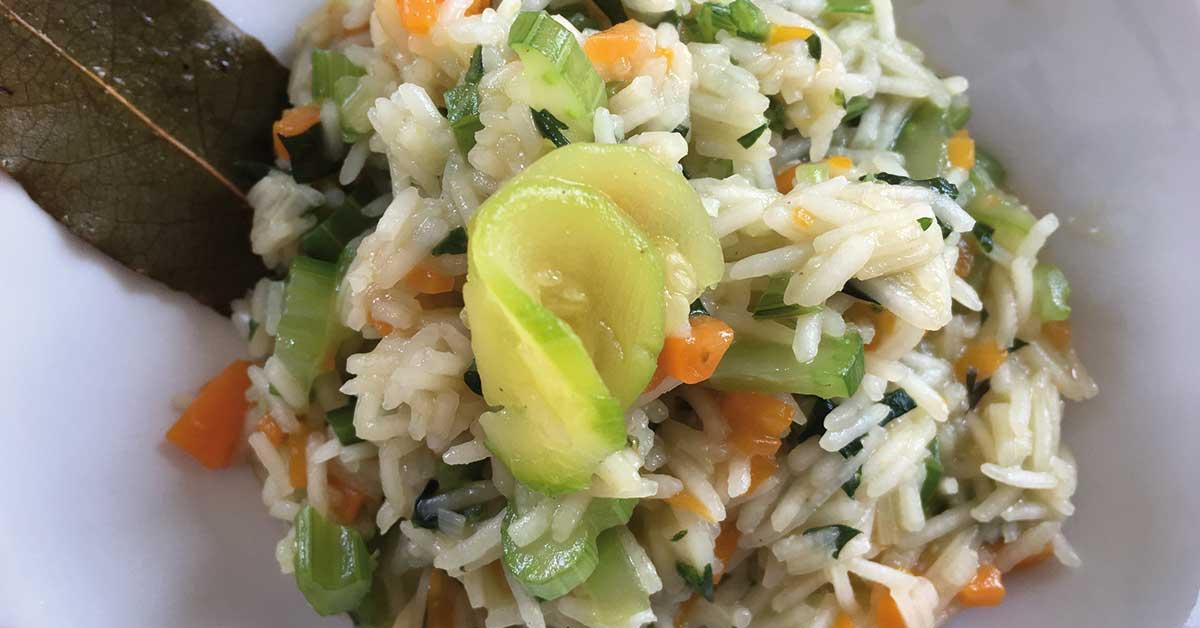un piatto di risotto con verdure