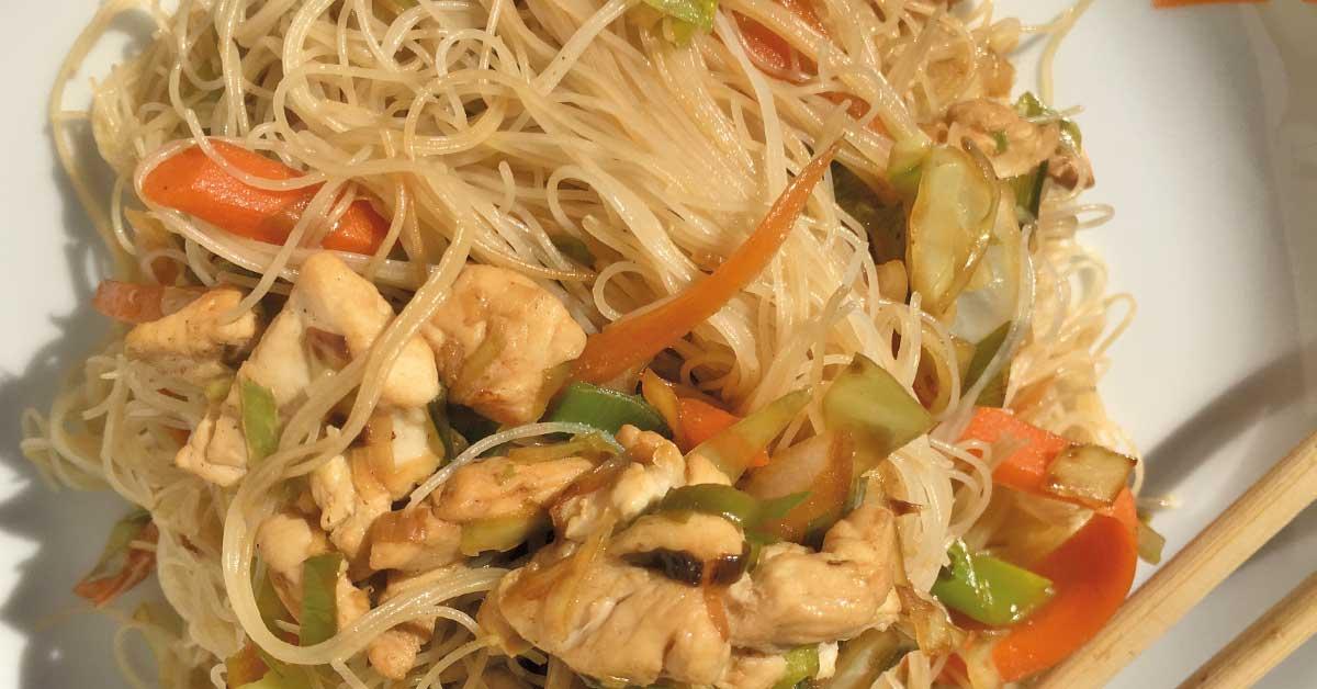spaghetti di riso con verdure saltate