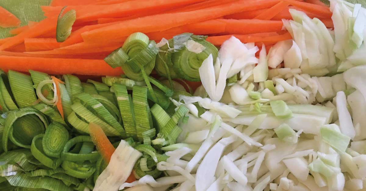 porro, carote e cavolo tagliate a julienne