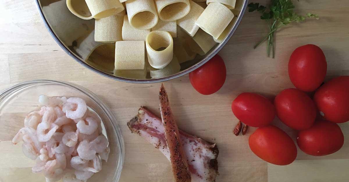 guanciale, mezzi paccheri, gamberetti e pomodoro