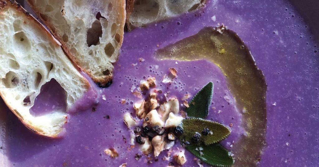 Vellutata di cavolo cappuccio viola e noci