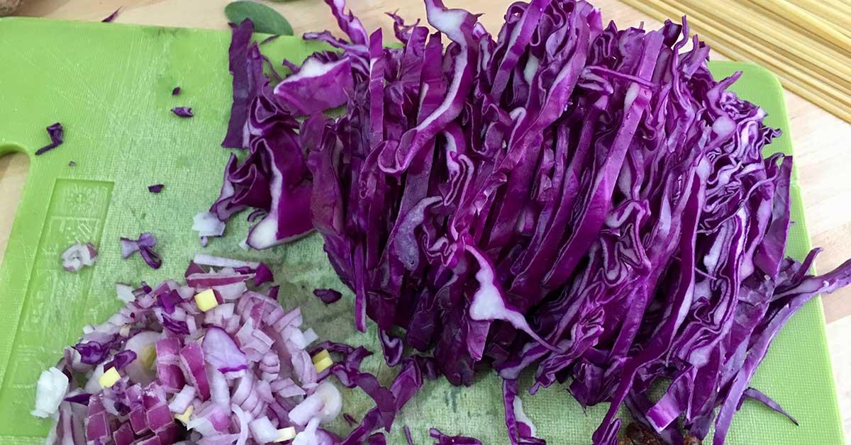Preparazione pasta con cavolo cappuccio viola