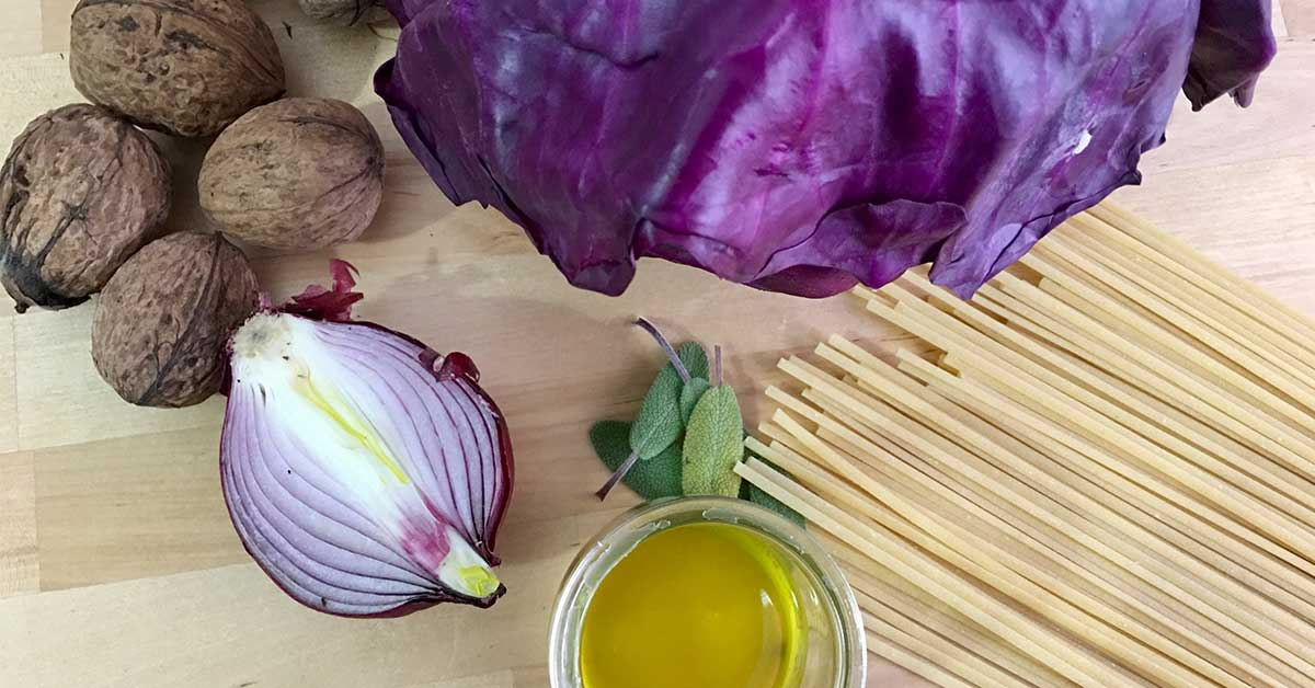 ingredienti spaghetti con cavolo viola e noci