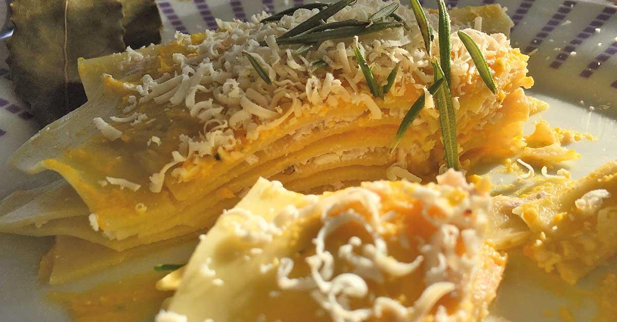 una porzione di lasagne con zucca e cipolla rossa
