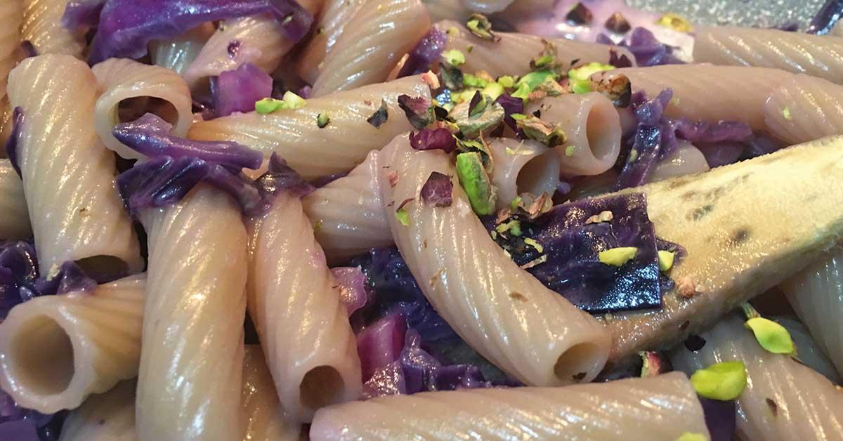 tortiglioni-con-verza-viola-e-pistacchio