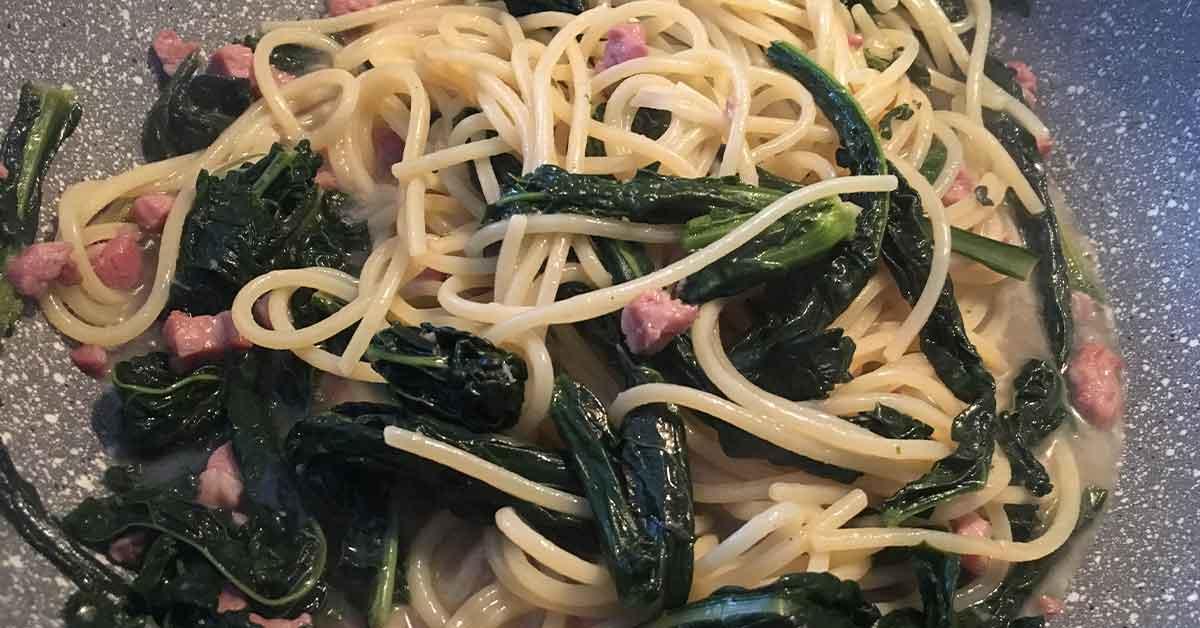 preparazione spaghetti cavolo nero e pancetta