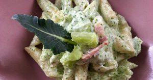 un piatto di pasta con broccoli panna e pancetta