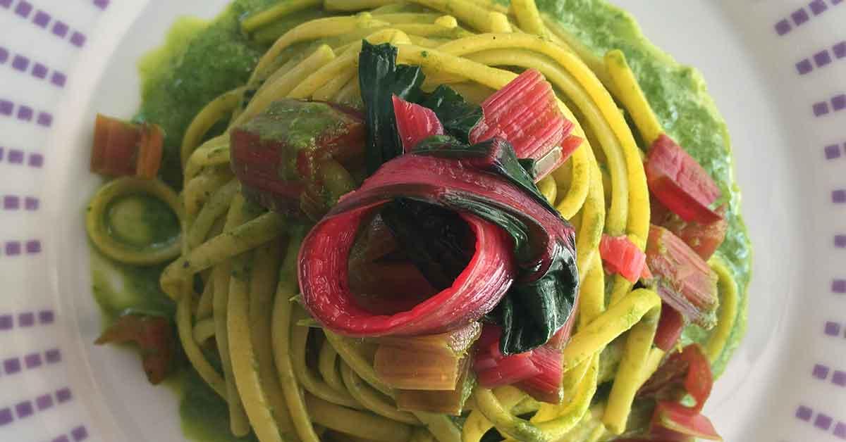 un piatto di linguine con bieta rossa