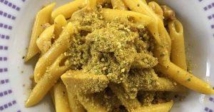 un piatto di pasta funghi e salsiccia