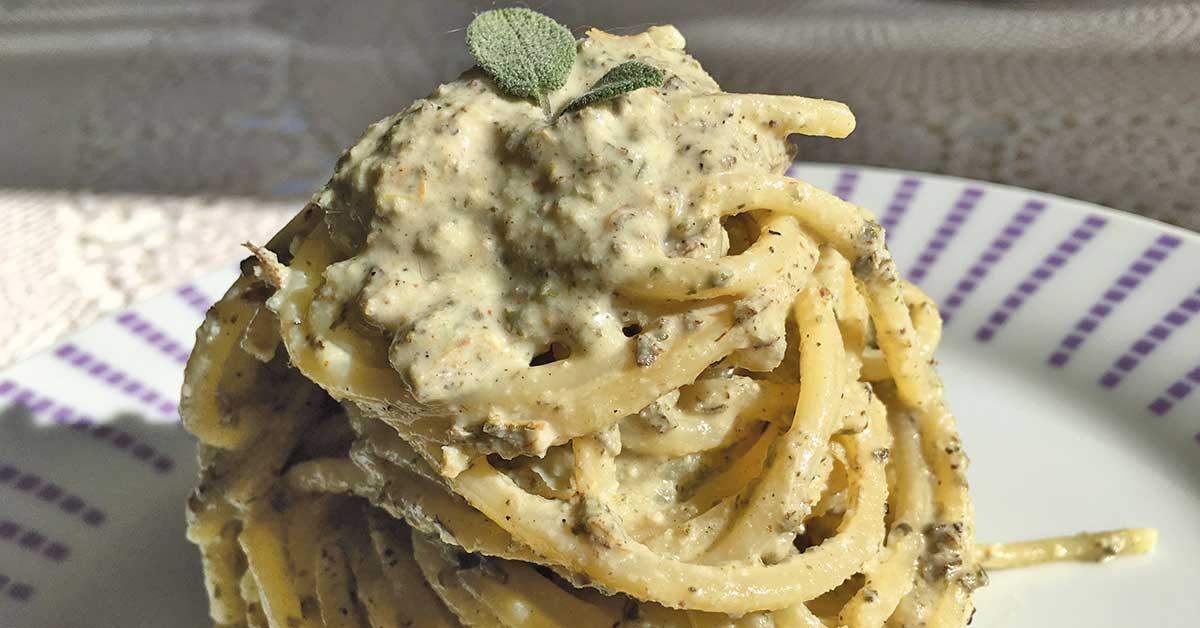 impiattamento spaghetti-con-taleggio-salvia-e-semi-di-zucca
