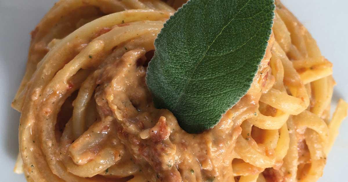 Pasta-al-pesto-di-pomodori-secchi-ricotta-e-speck