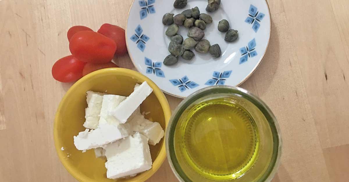 ingredienti-salsa-di-feta-capperi-e-pomodori