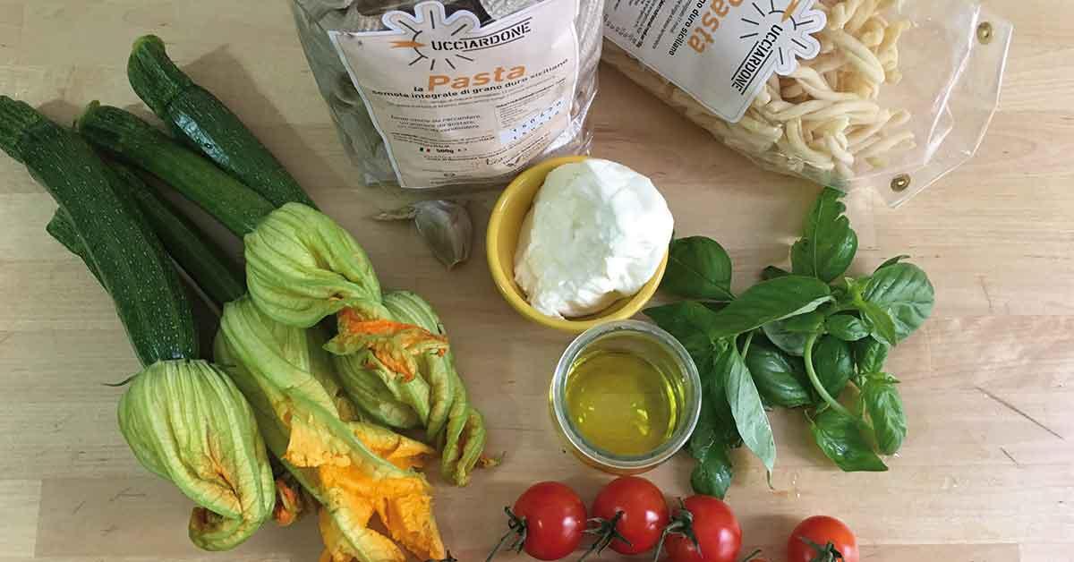 ingredienti-pasta-con-fiori-di-zucca-burrata-e-pomodorini