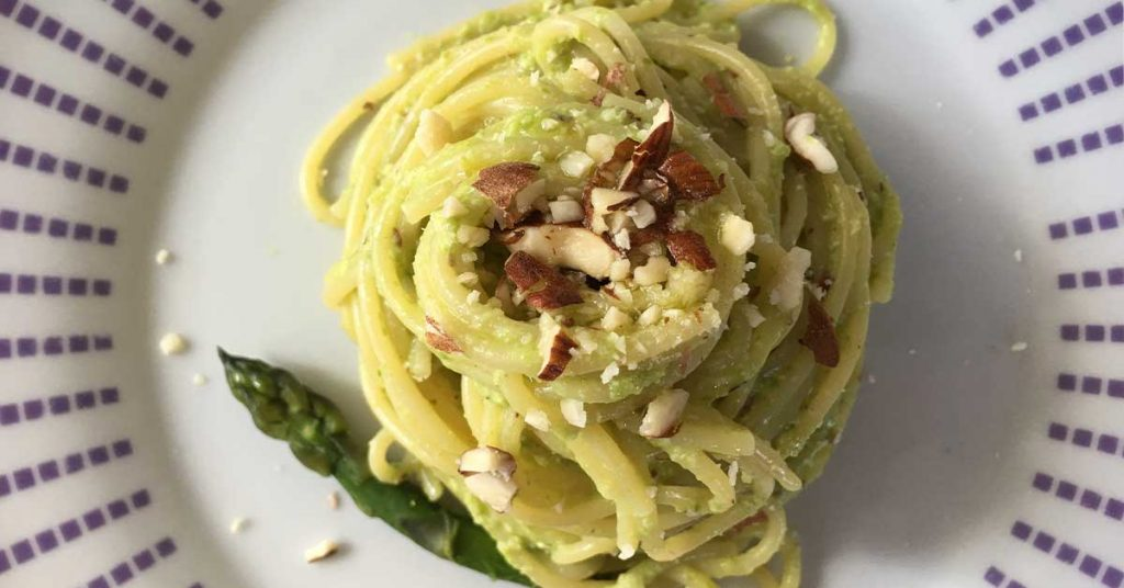 spaghetti con crema di asparagi e mandorle