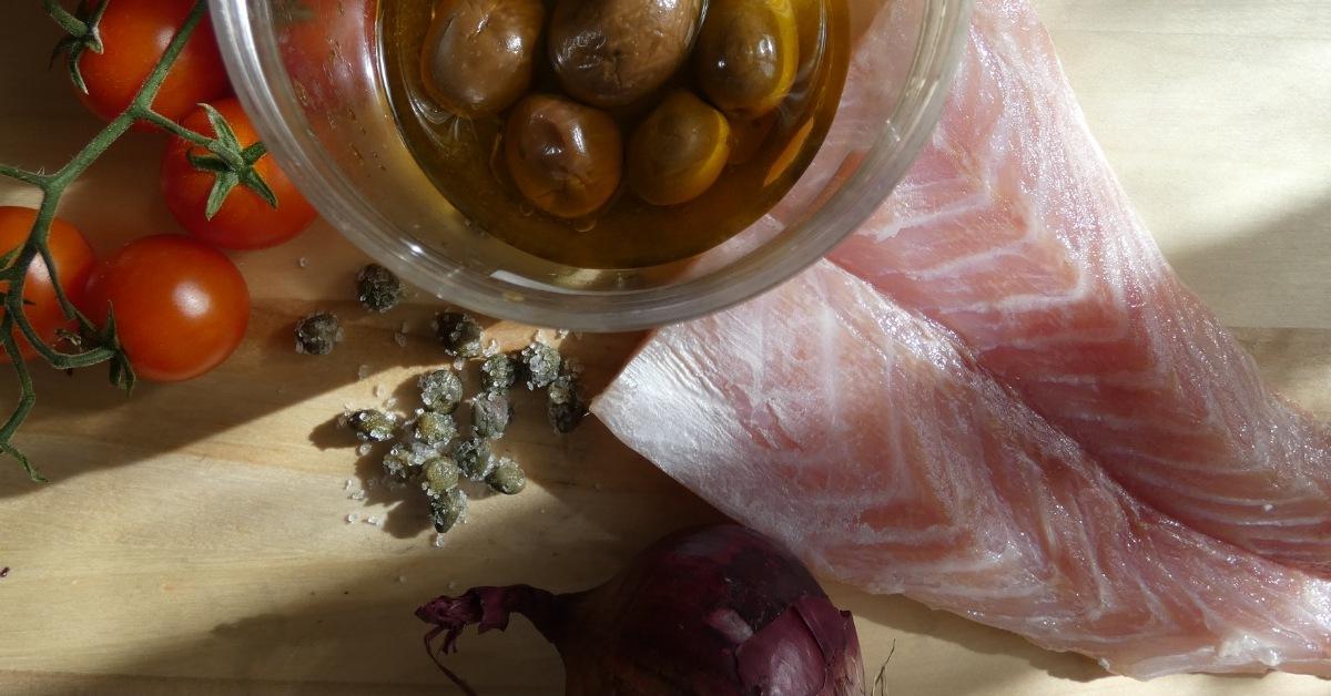 ingredienti pasta con persico e pomodorini