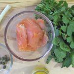 rucola, salmone, cipolla, capperi, olio e linguine